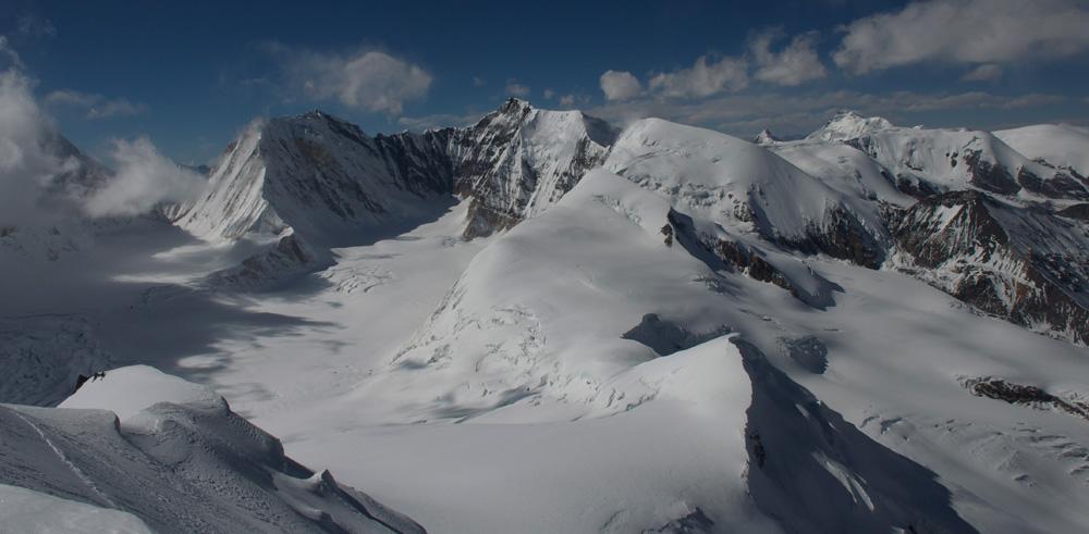 Et derrière le col, d'autres sommet nous attendent et en particulier ce petit, juste au premier plan !