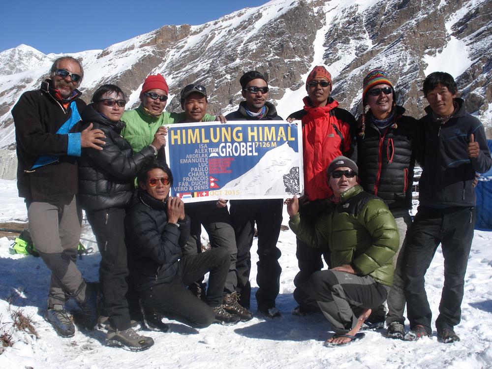 """L'équipe des alpinistes népalais de l'agence """"Paulo Expedition & Friends"""", avec Bishal, le sirdar."""