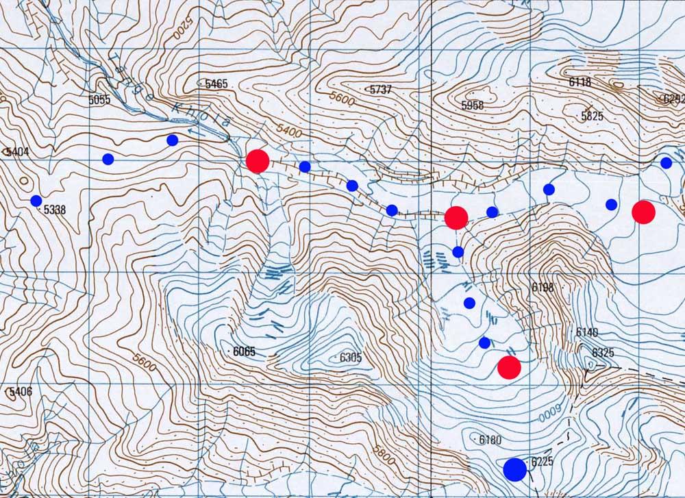 En rouge, les camps et en bleu les sommets.
