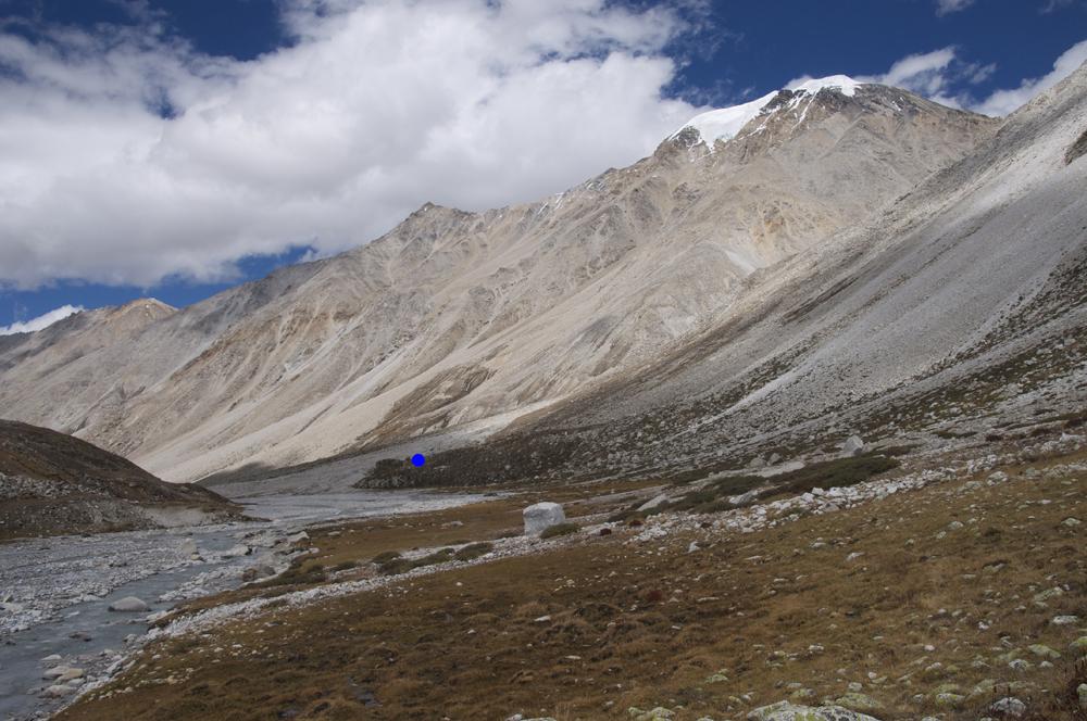 Le point bleu correspond à l'emplacement du camp de base de Bishal.