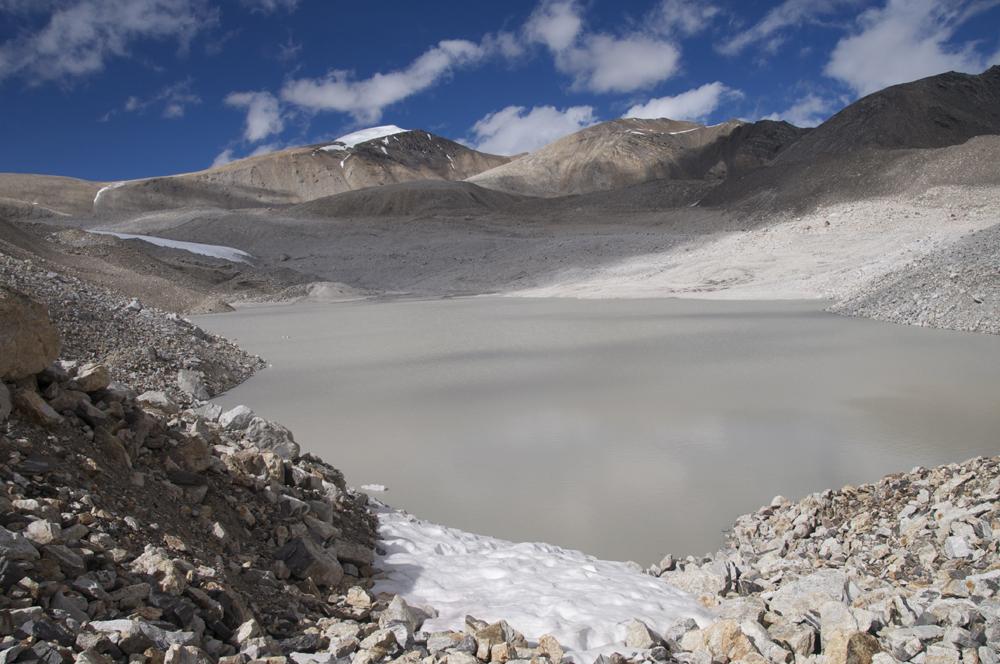 Le grand lac qu'il faut contourner par la droite.