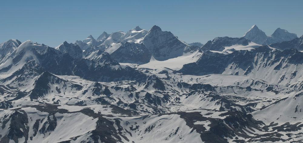 Une vue depuis l'Ouest du massif et toujours une multitude de sommets.