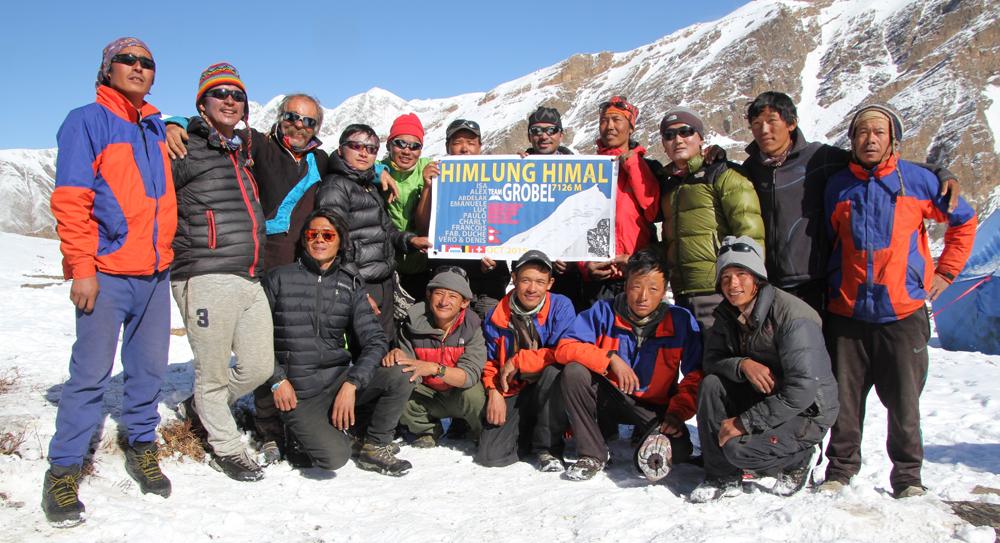 L'équipe népalaise au grand complet, pour l'himlung 2015.