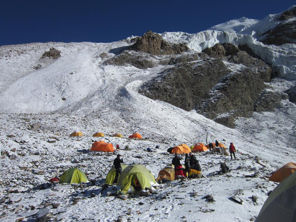 Le camp 1 juste apeès une petite chute de neige. Aujourd'hui, nous allons installer notre Camp 2, sur le glacier.