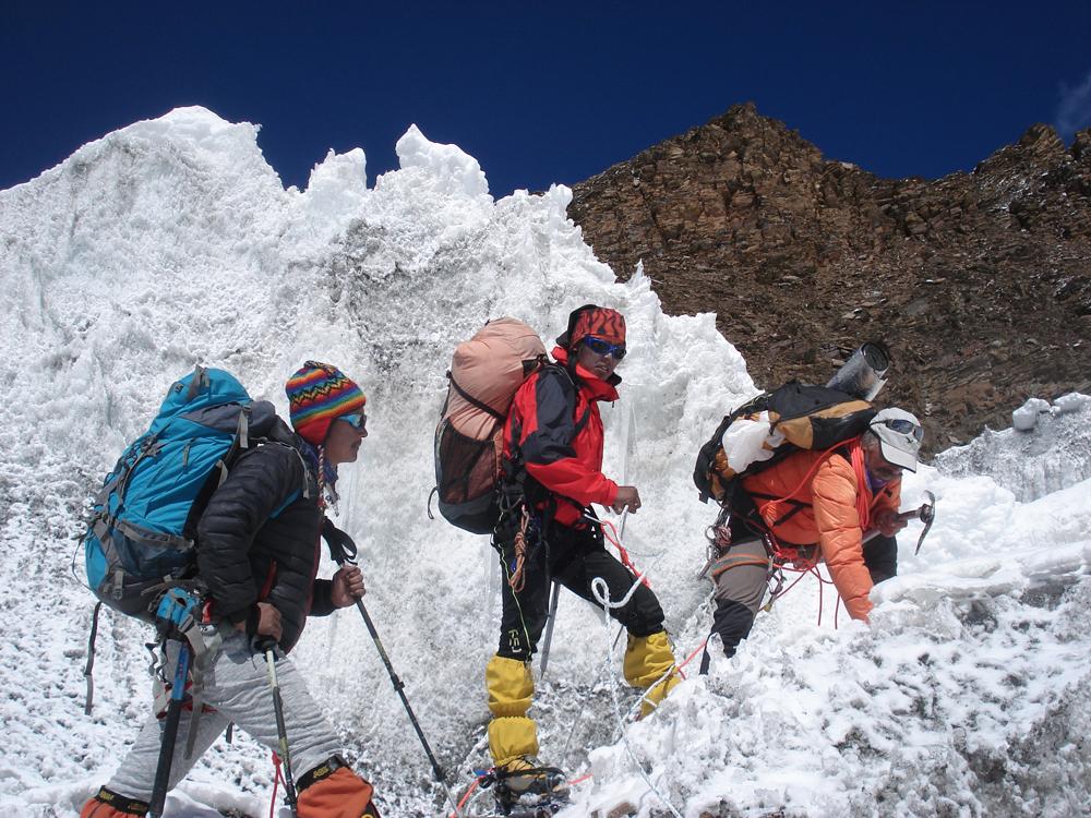 Pour Jangdu et Karma, je fais aujourd'hui le guide pour l'équipe népalaise ! Car c'est leur première journée encordé et avec des crampons.