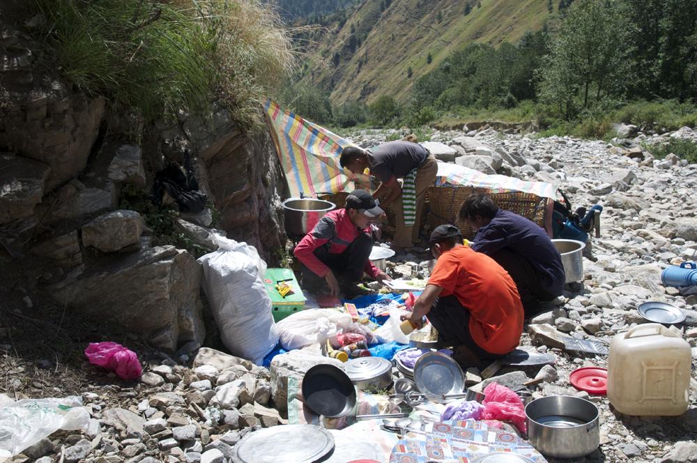 L'équipe de cuisine au bord de la première rivière.