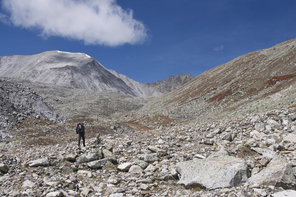 Dans la dernière partie du col. Le payasage devient beaucoup plus rocheux mais le sentier est toujours bien traçé,  facilement utilisé par des mules.