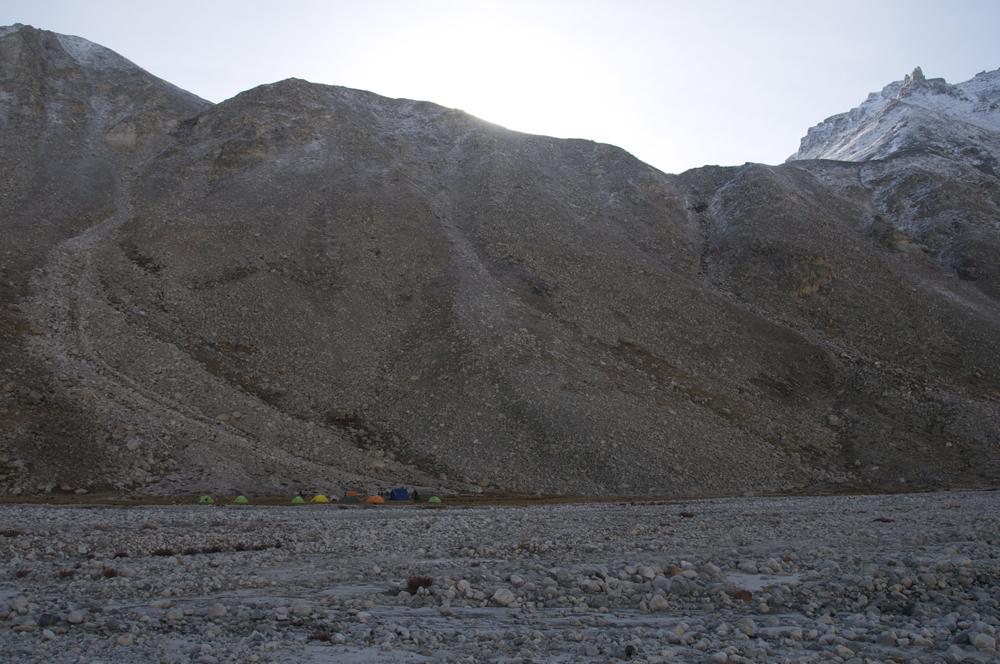 Une vue du premier camp dans la vallée de Nying. A la montée, le sentier n'est pas très facile à suivre.  Qu'en penses-tu Laurent ?