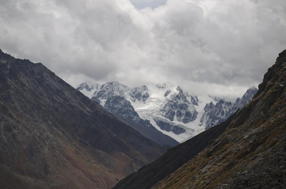 Une vue lointaine de montagnes totalement inconnues.