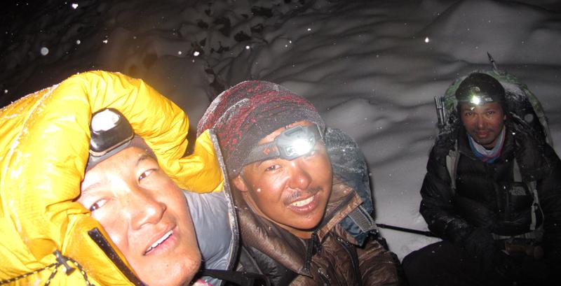 Il fait déjà nuit mais tout le monde à le sourire. Bikram, Dorje et Jangbu...