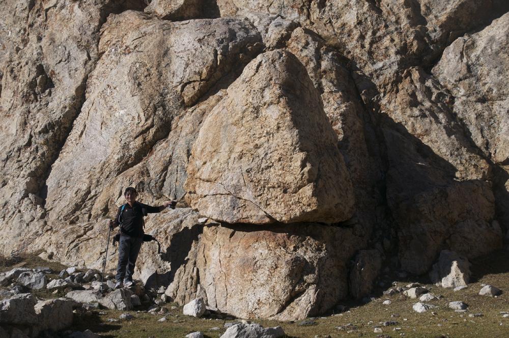 L'alpage du coeur. Effectivement, le bloc de granit ressemble bien à un coeur inversé.