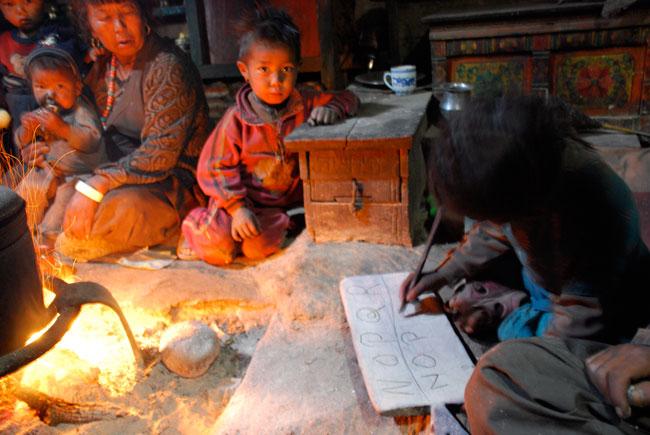 Dans une maison de Kakot. Une leçon d'écriture improvisée...