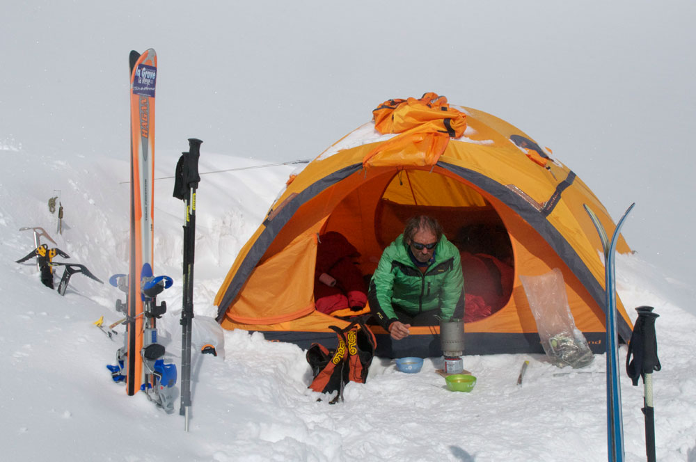 Une tente, des skis et le plaisir d'être en Himalaya