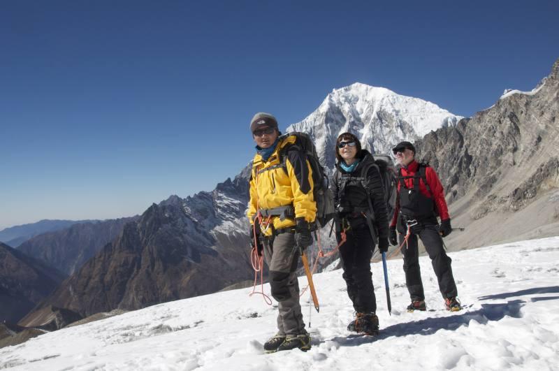Jangbu, en 1er de cordée (Nepali Leader) avec Anne_Marie et Jean. Langtang 2015