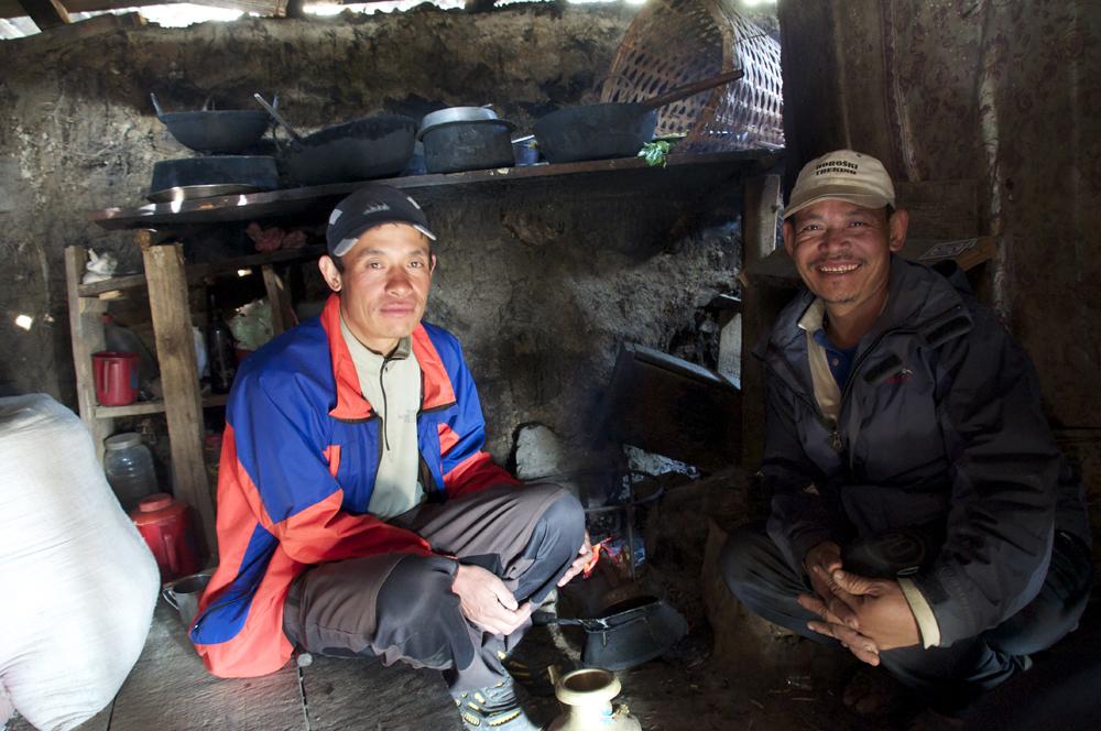 Avec Urpa, dans la région de Nuwakot. Un abri de fortune en guise de maison !