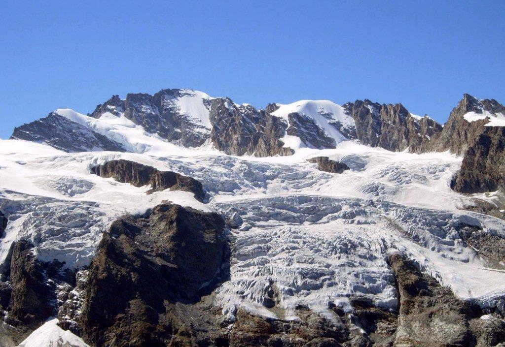 La haute vallée de Cogne. Un magnifique cirque glaciaire avec Le Grand et le petit Paradis. Par contre, peut on parler de purgatoire pour la montée au bivouac Carlo Pol ?
