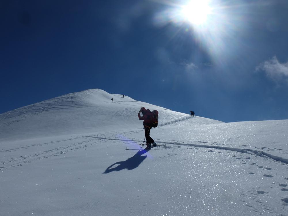 En montant vers la pointe Kuntz, la neige est encore bien froide et laisse présagée d'une belle descente.