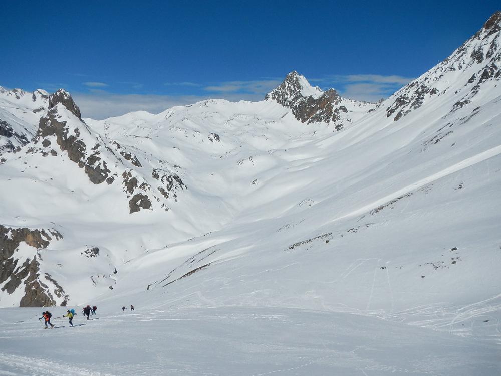 En montant au Col de l'Aiguilette et au loin, notre itinéraire de retour, la Ponsonière.
