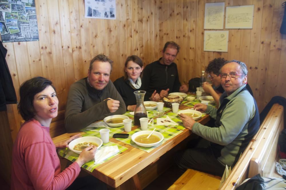 Dans la chaleur du refuge Aosta, tout va déjà beaucoup mieux.