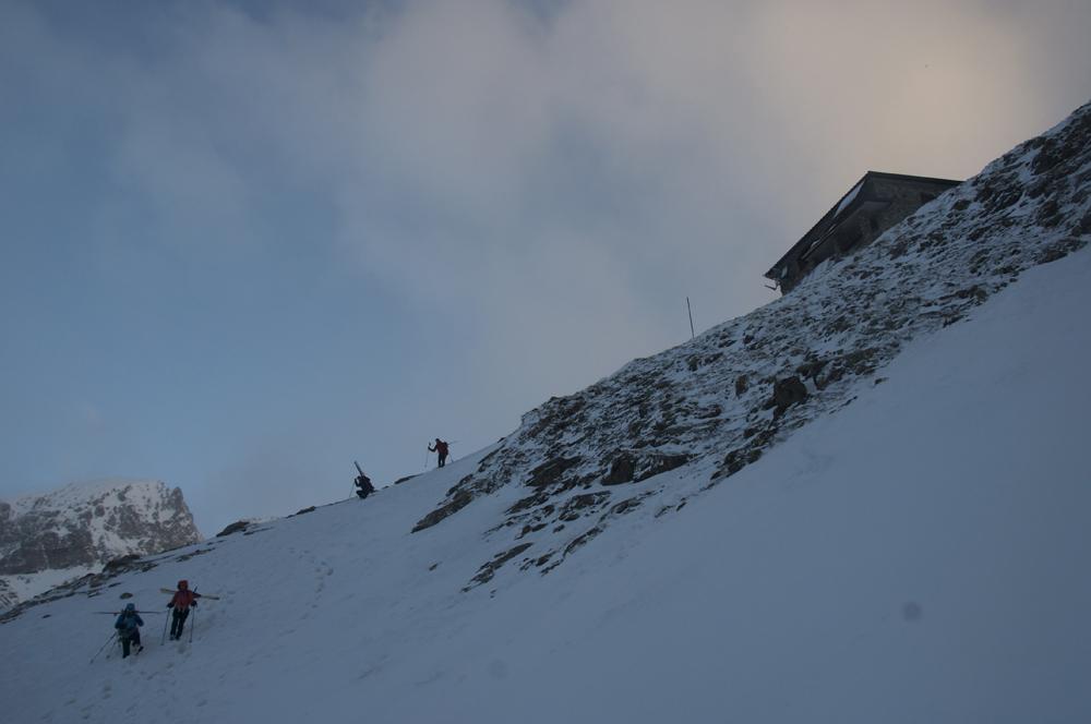 Départ au petit matin, skis sur le sac car la pente est un peu bousculée par les passages.