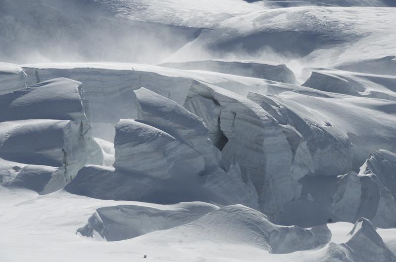 """Raid glaciaire... """"Sous le regard de la Dent d'Hérens…"""". Et un terrain un peu crevassé."""