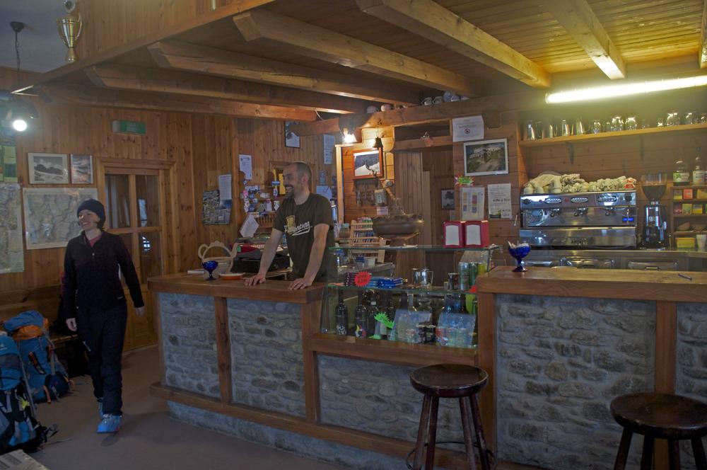 Le bar du refuge et le gardien.