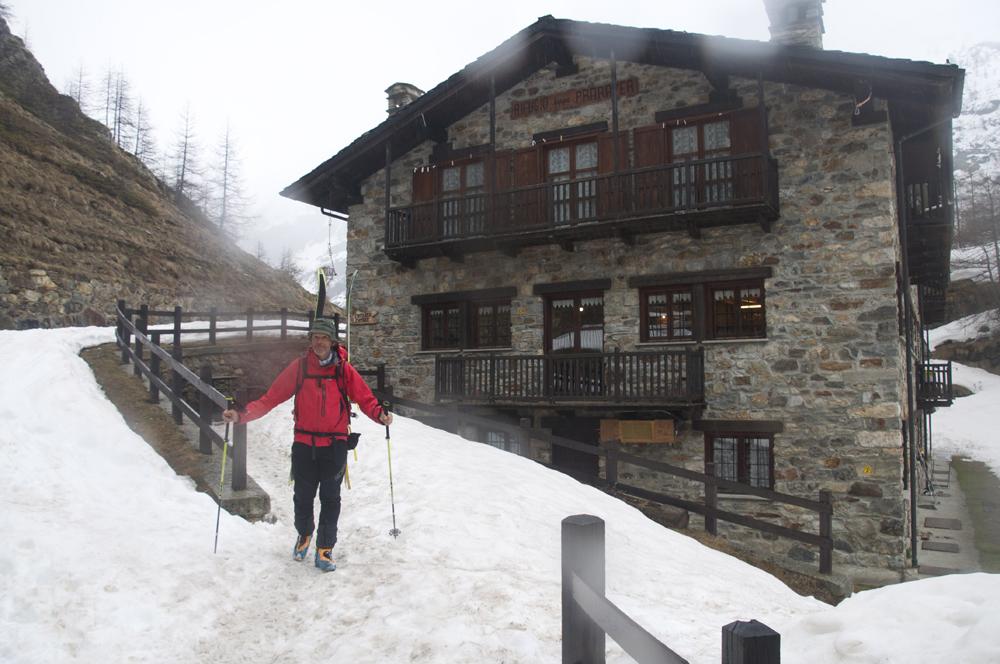 Un départ skis sur le sac.