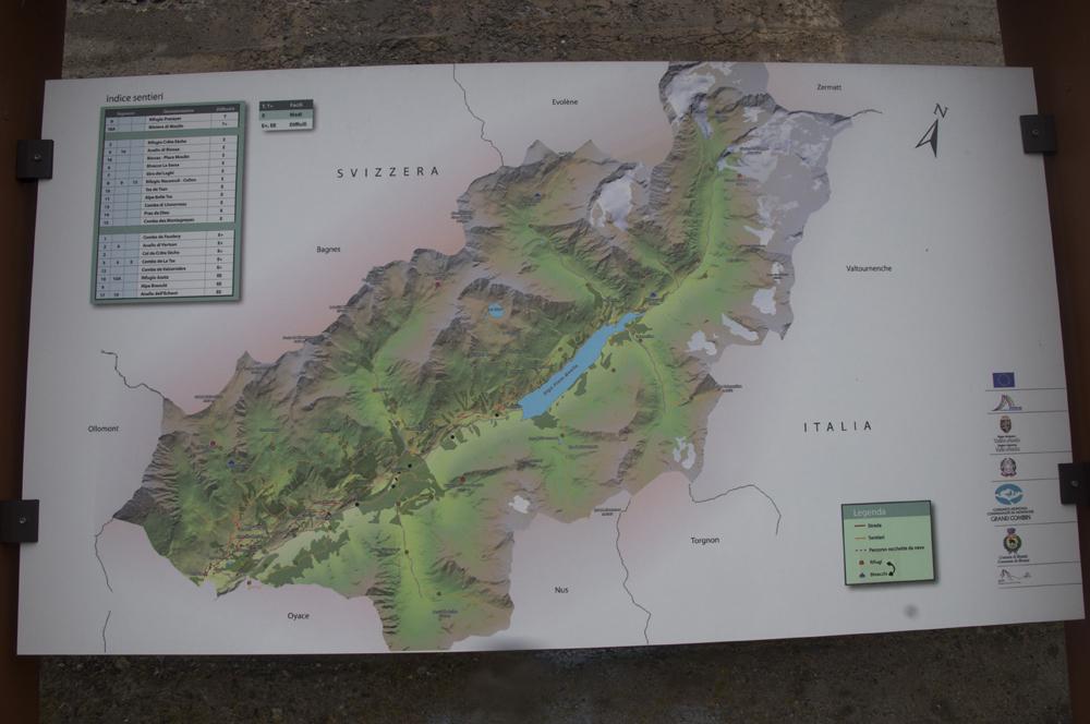 Une carte de la Vallée de Valpelline. Elle longe la frontière entre la Suisse et l'Italie, avec en son centre le grand lac du Barrage de Place Moulin.Tous les villages sont en aval du lac et la vallée débouche sur Zermatt par le Col de Valpelline, tout en haut.