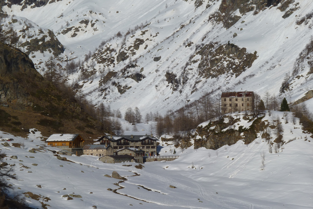 Le hameau de Prarayer et, sur la butte, son viel hôtel désaffecté datant de l'âge d'or du tourisme dans les Alpes.