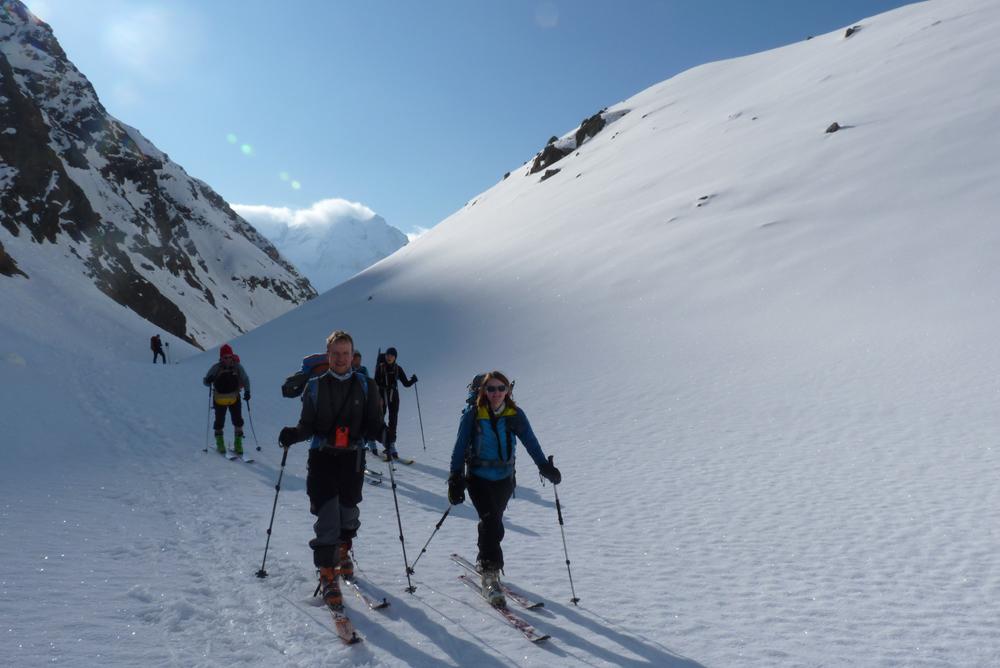 Puis bientôt le vallon devient plus enneigé. La progression se fait décontracté, ZERO risque d'avalanche.