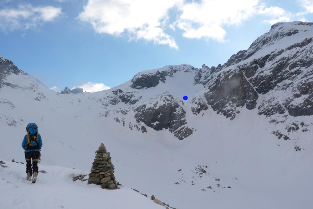 Le Col Collon, passage vers la Suisse et l'autoroute de la Haute Route. Le petit point bleu représente le sommet du petit couloir, fréquenté régulièrement par le gardien après avoir servi le petit déjeuner.
