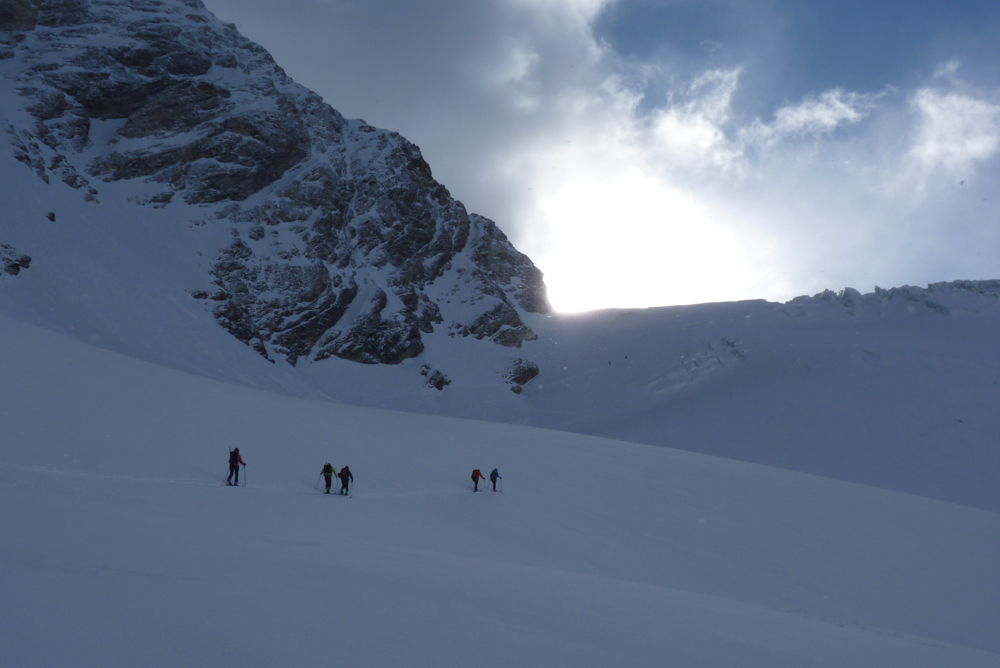Dans le petit matin, nous nous approchons du glacier.