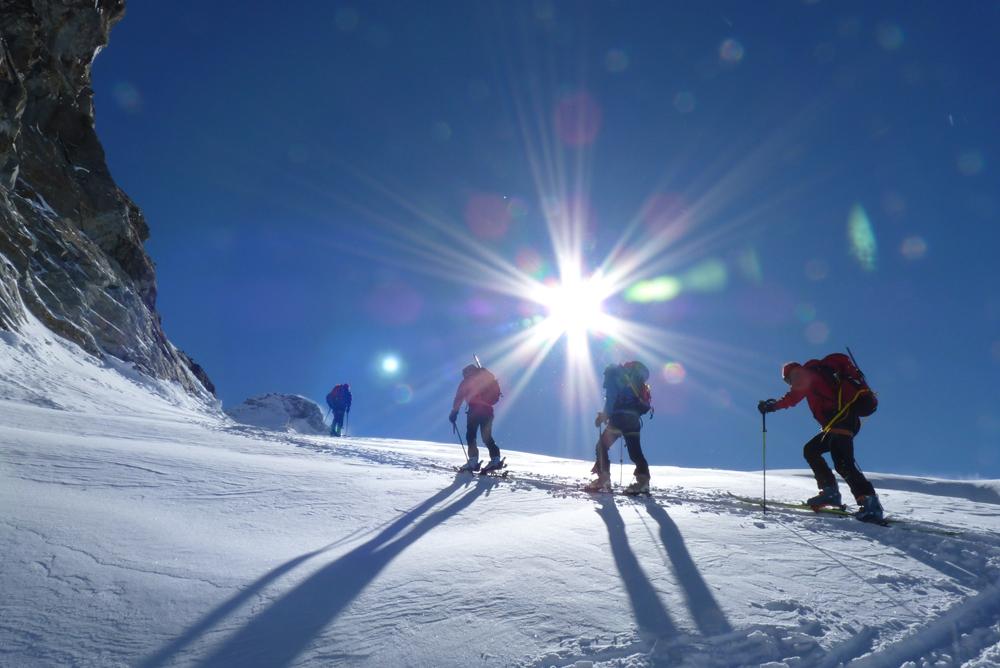 En montant vers l'épaule de la Dent d'Hérens, le soleil nous accueille à l'entrée du glacier.