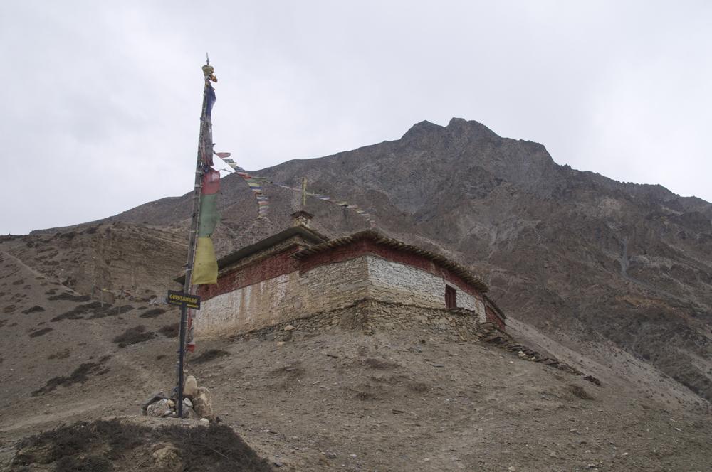 Le point de départ de la randonnée : l'ancien monastère au sommet du village avec, en arrière plan, le sommet de Gurusangbo.