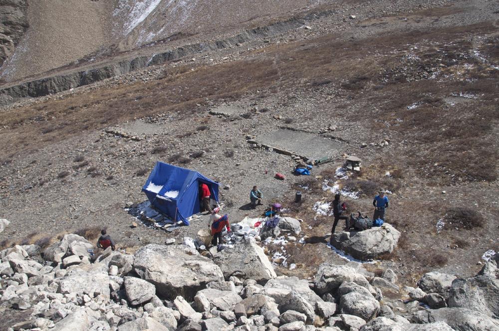 Et nous voici à notre camp de base avancé, de l'autre côté du glacier.