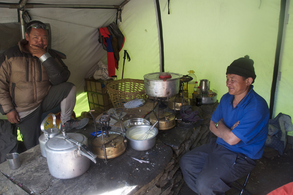 Dans la tente cuisine, Bahadur surveille tranquillement un nouvel essai de dessert, un gâteau de semoule de chez nous. Quand je vous dit que la cuisine et le coeur vital d'une expé.