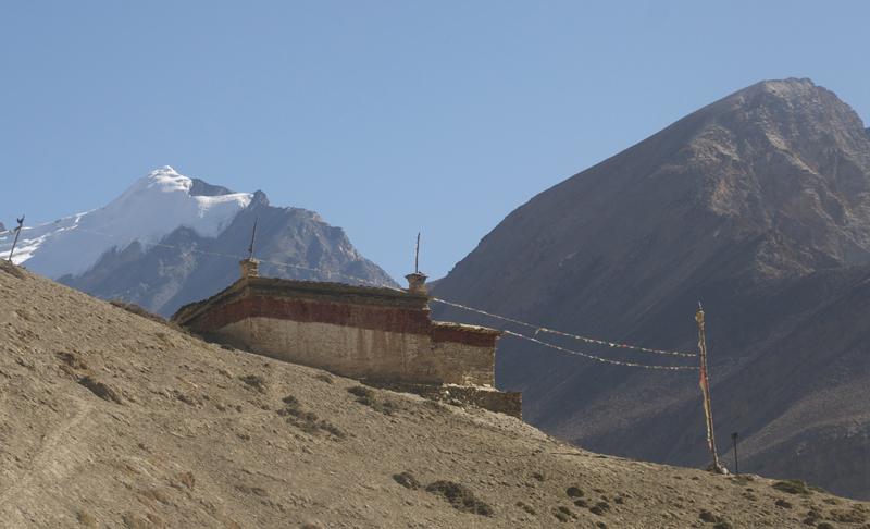 Le départ de l'itinéraire. Un sentier qui part du monastère et rejoint les champs du Haut de Phu.