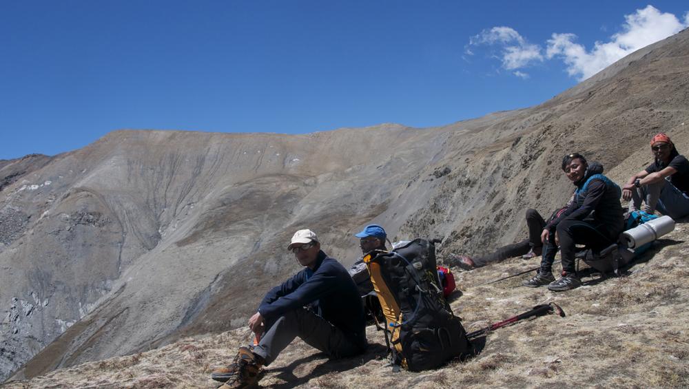 Cyrille, Frank avec Bishal et Kharma. En face le sommet principal au-dessus de Phu, où sont partis Benoît et Simon. Ils ont encore faim, les p'tits loups !