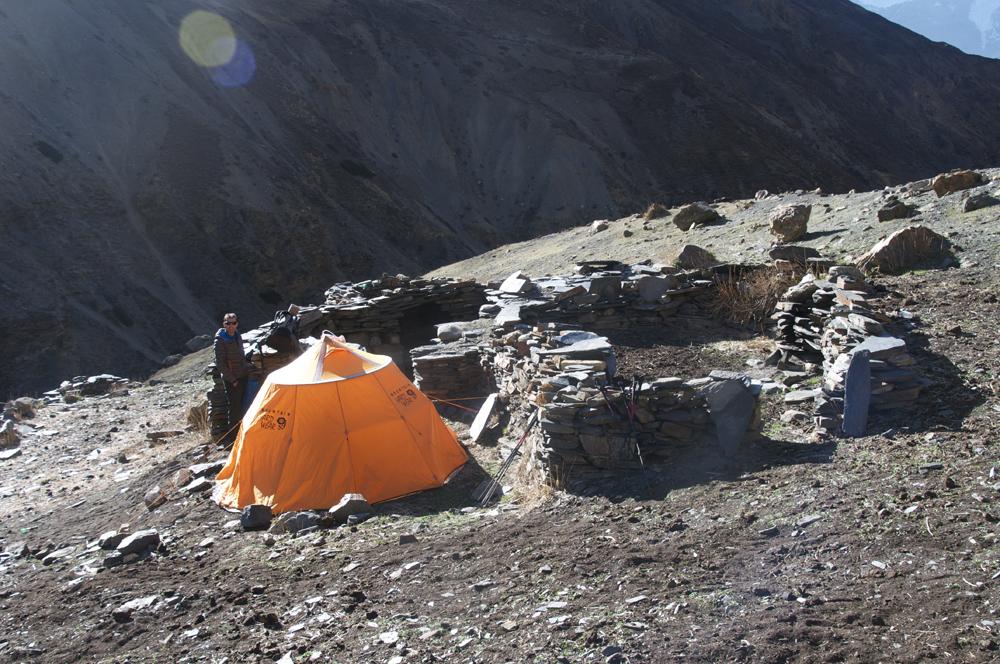 Nous nous y sommes arrêtés sous les conseils de Kharma. Mais ce n'est vraiment pas le meilleur endroit, il vaut continuer un peu jusqu'à l'alpage suivant.