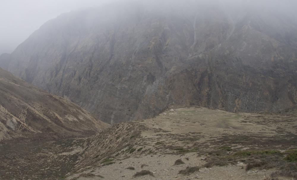 Dans la brume, le grand emplacement du deuxième camp, Chhubuche Kharka.