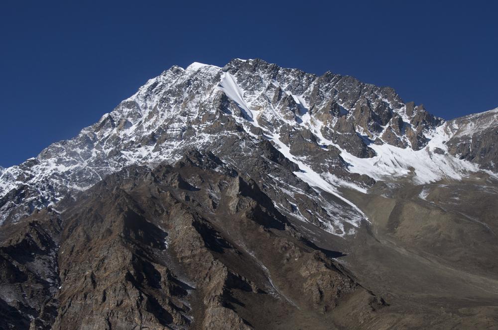 Et en face, le Pisang Peak avec un très bel itinairaire en face Nord… À quand une prochaine ascension?
