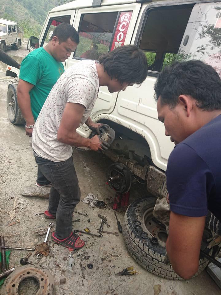 Une réparation in situ après avoir presque perdu une roue. Nous sommes passé à deux doigts d'une catastrophe !!!