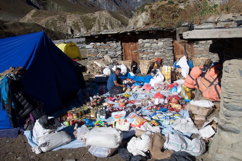 Bahadur... à Mu en train de trier les vivres pour la suite de l'itinéraire.