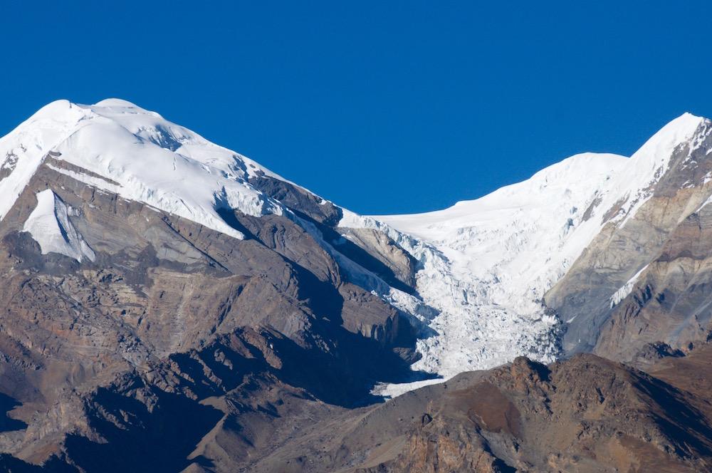 Initialement, j'imaginais un itinéraire plus court directement par ce glacier, mais après de longues observations aux jumelles, il me semble préférable de faire un détour par le versant Nord.