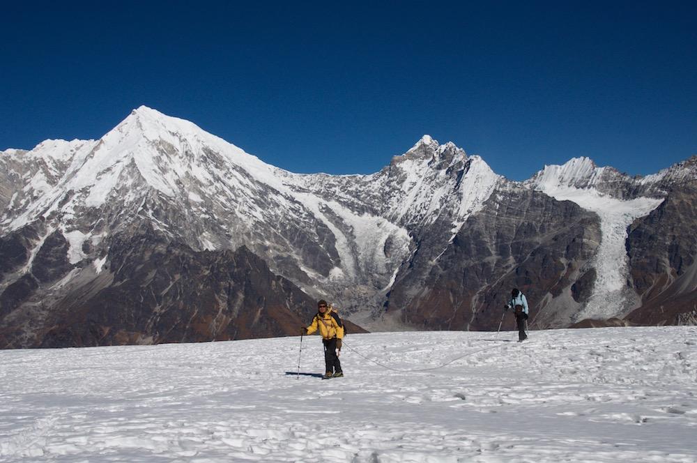 Encordé avec Michelle, Jangbu apprend le métier d guide de haute montagne.