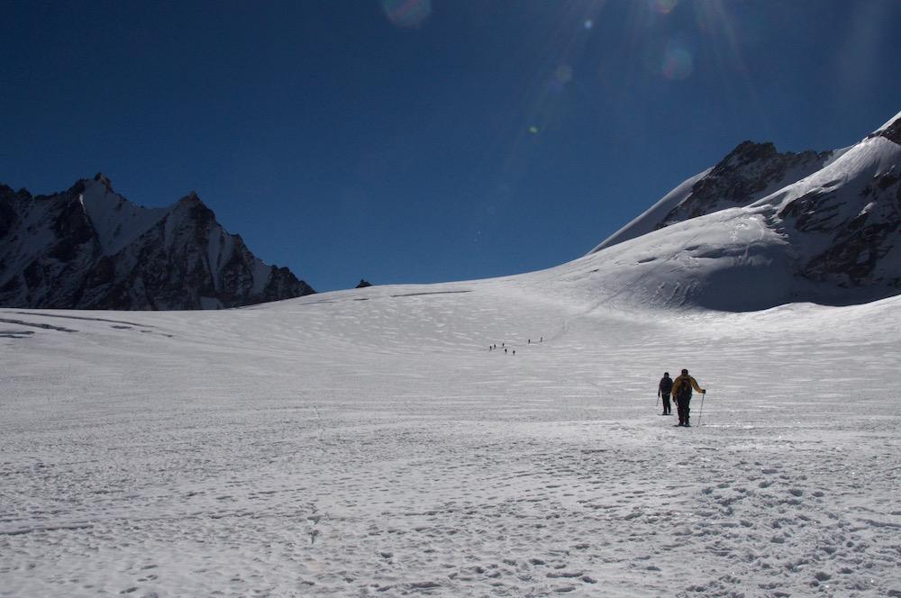 Sur le grand plat du glacier. Les autres cordées qui vont vers le Ganga La Peak nous attendent.