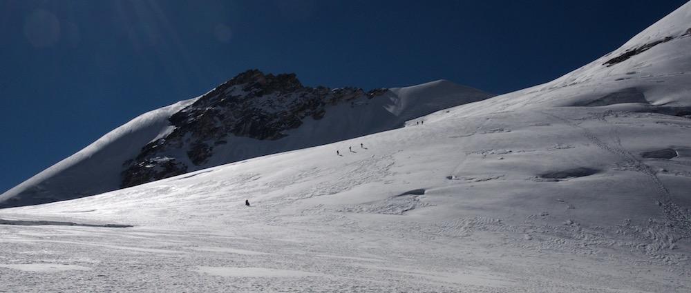 Puis reprennent leur progression vers le Col du Dôme.