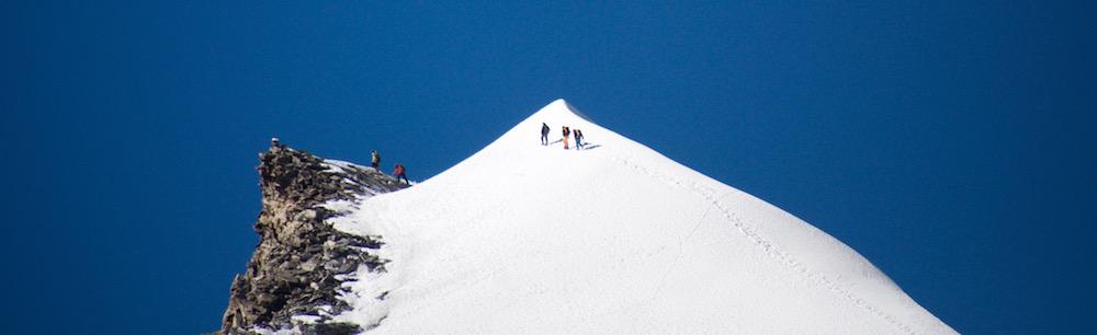 Les deux autres cordées arrivent au sommet du Ganga La Peak.