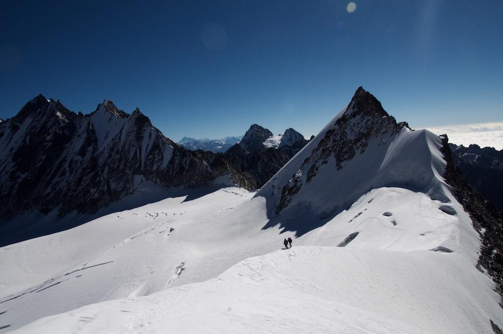 Sur le sommet d'en face, Vincent et Jangbu essayent d'ouvrir un nouvel itinéraire sur l'arête. Pas mal comme pratique himalayenne !
