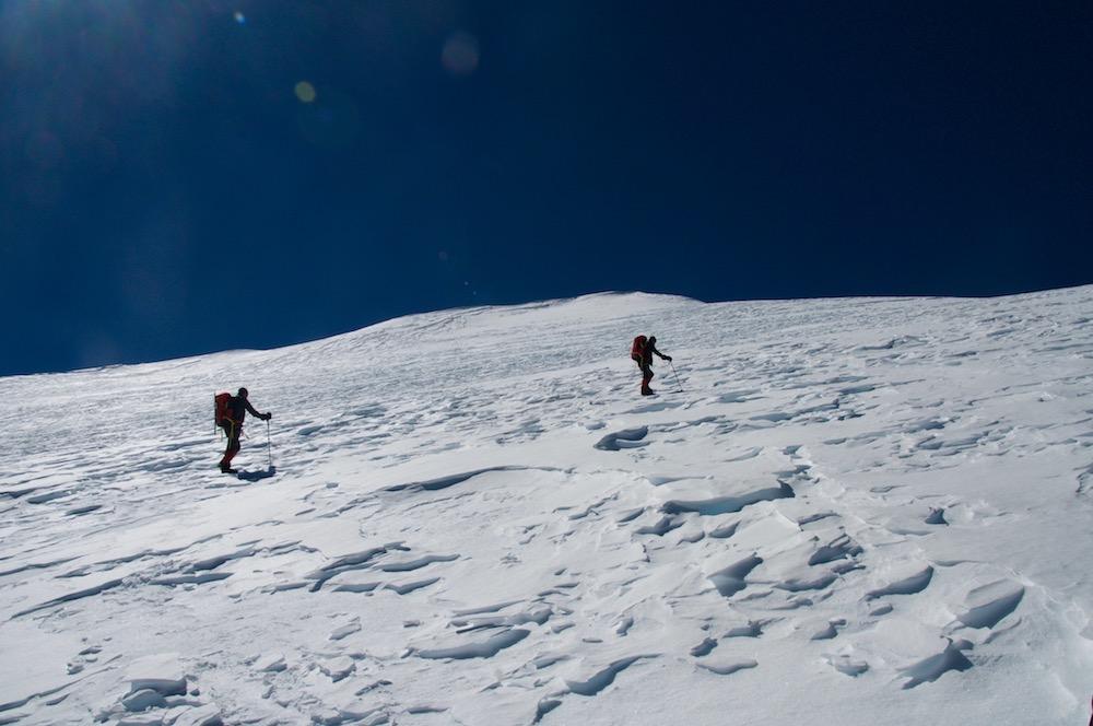 Alain et Fabrice en route vers le sommet. Il fait un temps superbe... La SEULE journée sans vent. Et pourtant...